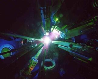 Modèle de pseudo-atome neutre pour l'étude de la matière dense et chaude