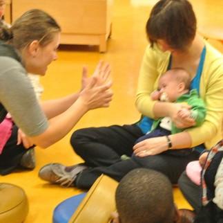 Bébé découvre…