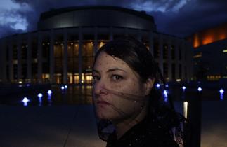 ERRANCES: un parcours «one-on-one» dans les espaces publics de la Place des Arts, main dans la main avec l'artiste